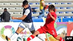 Mario Rodríguez (izquierda) de Estados Unidos disputa un balón con Marco Lapena de Canadá, en el partido ganado por los estadounidenses, que les valió la clasificación al Mundial sub-20.