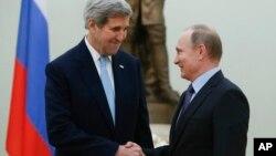 지난해 12월 모스크바를 방문한 존 케리 미국 국무장관(왼쪽)이 블라디미르 푸틴 러시아 대통령과 면담했다. (자료사진)