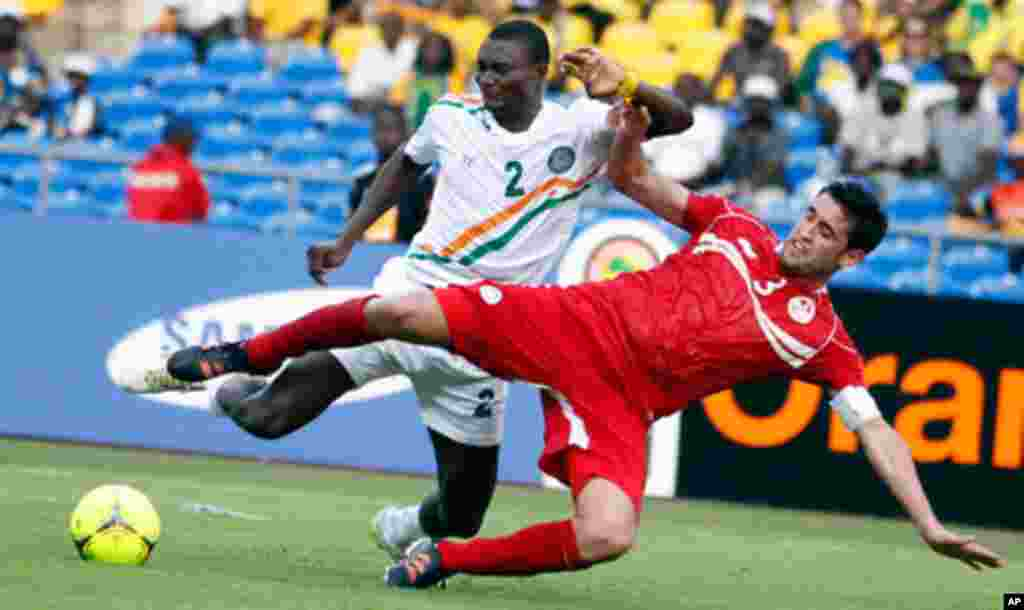 Tunisia's Hagui challenges Niger's Moussa during their African Cup of Nations soccer match in Libreville