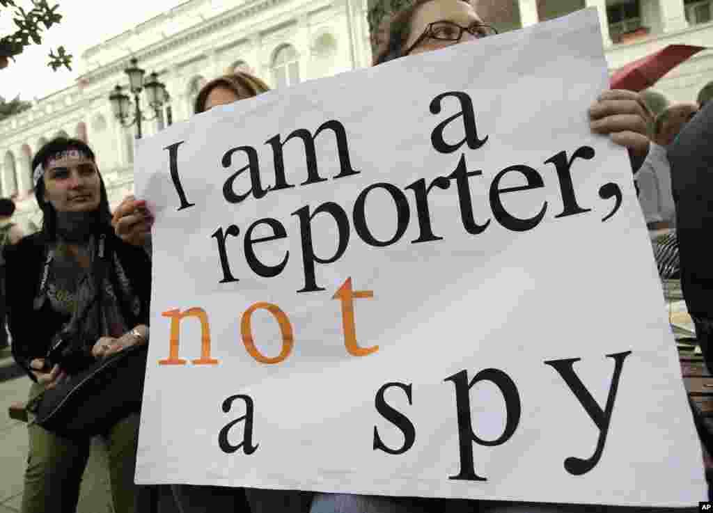 """格鲁吉亚首都第比利斯的新闻工作者5月3日手举""""我是记者,不是间谍""""的标语纪念世界新闻自由日"""