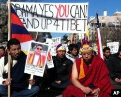 抗议者举着自焚身亡的藏人僧侣头像