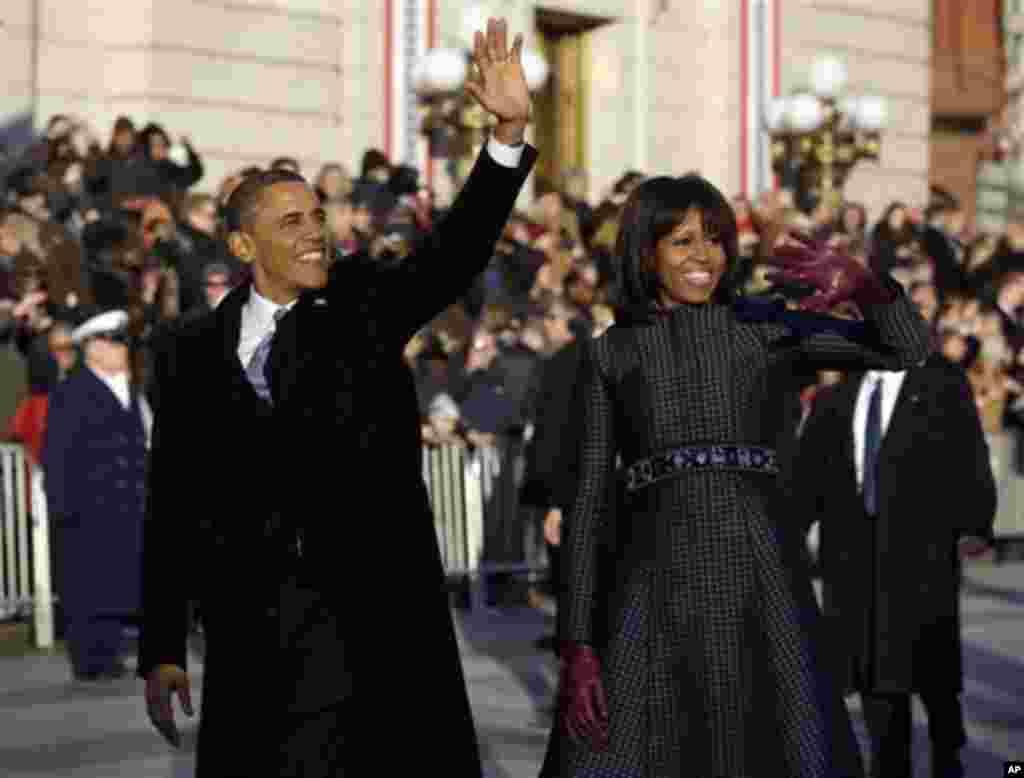 2013年1月21日,奥巴马总统发表完就职演说并结束就职午餐会后,离开国会大厦前往白宫观礼台,观看游行,途中,奥巴马夫妇下车步行,挥手向沿途欢呼民众致意。