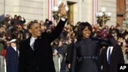 奥巴马夫妇走在宾夕法尼亚大道上时向民众挥手致意