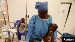 Mmoja wa walionusurika baada ya kuambukizwa Furana Katungu, miaka 2-year-old akiwa wodini katika kitengo cha dharura Biosecure Emergency Care Unit (CUBE), kituo cha ALIMA, Beni, DRC, Machi 31, 2019