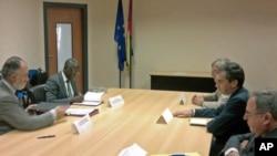 Embaixador Joaquín González-Ducay, da União Europeia, e o coordenador do PNUD, Gana Fofang (ambos à esquerda) assinam acordo de transferência de verbas para as eleições. Assistem (à direita) os embaixadores da Espanha, França e Portugal