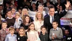 ທ່ານຣອມນີ ແລະຄອບຄົວຂອງທ່ານ ໂບກມືໃສ່ພວກສະໜັບສະໜູນຂອງທ່ານ ໃນໂອກາດລົງແຂ່ງຂັນເລືອກຕັ້ງ ປະທານາທິບໍດີຂັ້ນຕົ້ນຂອງພັກ Republican ໃນລັດ New Hampshire ໃນຄືນວັນທີ 10 ມັງກອນ, 2012.