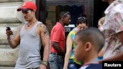 """Un joven usa su teléfono celular en La Habana luego de que Cuba calificó de """"subversivo"""" el proyecto ZunZuneo."""