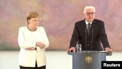 Merkel, Cumhurbaşkanı Steinmeier'in yanında yerini aldıktan kısa bir süre sonra titremeye başladı