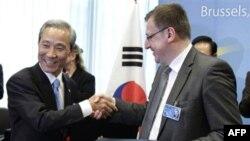 Ministar trgovine Južne Koreje i predsednik Saveta EU, belgijski šef diplomatije, nakon potpisivanja sporazuma