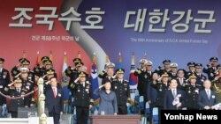 박근혜 한국 대통령이 지난 1일 계룡대에서 열린 제 68주년 국군의 날 행사에서 거수경례하고 있다.