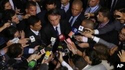 Presiden Brazil Jair Bolsonaro dikelilingi wartawan di Brasilia, 7 Mei 2019.