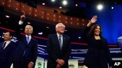 资料照片:哈里斯(右)等民主党总统参选人参加电视辩论。