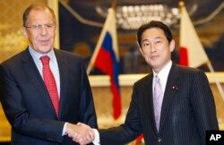 俄罗斯外长拉夫罗夫(左)与日本外交大臣岸田文雄2013年11月1日在东京会晤