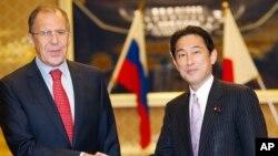 俄罗斯外长拉夫罗夫(左)与日本外交大臣岸田文雄11月1日在东京会晤
