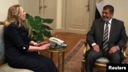 AQSh Davlat kotibi Xillari Klinton Misr prezidenti Muhammad Mursiy bilan, 14-iyul, 2012-yil, Qohira, Misr.