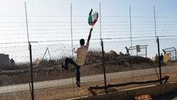 یک فلسطینی در حال تظاهرات علیه حصارهای بناشده توسط اسراییل در نزدیکی رام الله در کرانه غربی.