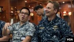 """特遣部隊司令葛布里爾森准將(右)是東南亞合作訓練第15屆海上聯演的指揮官""""(2016年8月22日,美國軍方照片 )"""