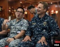 """特遣部队司令葛布里尔森准将(右)是东南亚合作训练第15届海上联演的指挥官""""(2016年8月22日,美国军方照片 )"""