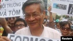 Tiến sĩ Nguyễn Quang A trong một lần biểu tình phản đối Formosa tại Hà Nội.