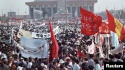 Hàng trăm ngàn người đứng chật kín quảng trường Thiên An Môn trong thủ đô Bắc Kinh vào ngày 17 tháng 5, 1989 trong vụ biến động lớn nhất ở Trung Quốc kể từ sau cuộc Cách mạng Văn hóa trong thập niên 60