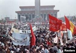 1989年5月17日,几十万学生和支持者云集北京天安门广场,要求实行政治和经济改革。这成为世界新闻报道热点