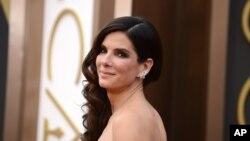 """Forbes: """"No ganó el Oscar a Mejor Actriz, pero se fue a casa con un montón de dinero gracias a su papel en la película Gravity""""."""
