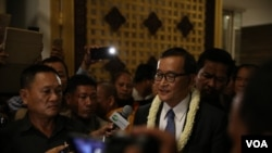 លោក សម រង្ស៊ី ប្រធានគណបក្សសង្គ្រោះជាតិ នៅឯព្រលានយន្តហោះអន្តរជាតិភ្នំពេញ នៅថ្ងៃទី០៣ ខែវិច្ឆិកា ឆ្នាំ២០១៥ (ហ៊ាន សុជាតា/ VOA Khmer)