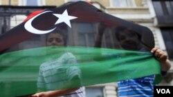 Los rebeldes en las Montañas Occidentales en Libia lanzaron una ofensiva contra las tropas de Moammar Gadhafi .