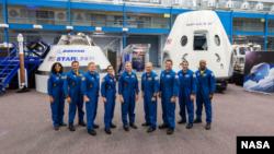 La NASA asignó a nueve astronautas para abordar el primer vuelo de prueba con el Boeing's CST-100 Starliner y el SpaceX' Crew Dragon. Los astronautas son, de izquierda a derecha: Sunita Williams, Josh Cassada, Eric Boe, Nicole Mann, Christopher Ferguson, Douglas Hurley, Robert Behnken, Michael Hopkins y Victor Glover.
