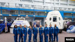 НАСА представила світу 3 серпня 2018 р. перших американських астронавтів, які полетять на американському комерційному космічному кораблі на Міжнародну космічну станцію та з неї.