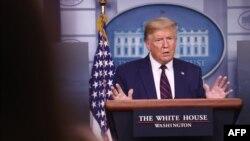 Дональд Трамп выступает на пресс-брифинге 2 апреля 2020 года