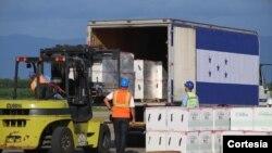 Trabajadores hondureños trasladan las vacunas contra COVID-19 recibidas por donación de EE. UU. el 28 de junio de 2021. Foto cortesía de la Casa de Gobierno.