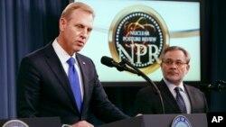 """Deputi Menhan AS Patrick Shanahan (kiri) dan Deputi Menteri Energy Dan Brouillette, memberikan keterangan pers tentang """"Nuclear Posture Review"""" di Pentagon, 2 Februari 2018 lalu."""