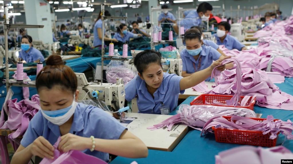 Công nhân làm việc tại nhà máy của Công ty Dệt may Thành Công ở TPHCM vào thời điểm đầu đại dịch, tháng 7/2019.