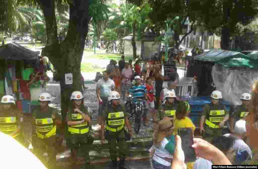 Forças da polícia formam barreira na manifestação contra o Governo do Brasil