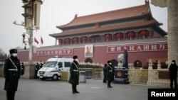 En la Plaza de Tiananmen, en Beijing, los guardian custodian con mascarillas protectoras el 27 de enero de 2020.