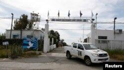 8일 골란고원 쿠네이트라시 근처의 유엔 평화유지군 기지에서 나오는 유엔 차량.