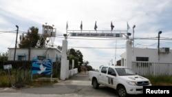 Kendaraan PBB meninggalkan pangkalan PBB dekat perbatasan Kuneitra antara Israel dan Suriah di dataran tinggi Golan. (Foto: dok). Pemberontak Suriah dilaporkan telah membebaskan empat anggota perdamaian PBB yang telah mereka culik, Minggu (12/5).