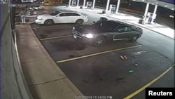23일 미국 미주리 주 주유소에서 흑인 청년이 경찰의 총에 맞아 사망하는 사건이 발생했다. 사진은 사건 당시 감시 카메라.