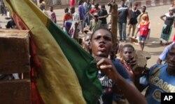 Manifestation d'un groupe de jeunes Maliens devant les locaux de la télévision nationale, à Bamako (2 fév. 2012)