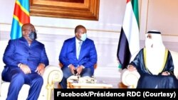Président Félix Tshisekedi (G) na masaolo na bakonzi ya Emirats arabes unis nsima na bokomi bwa ye na Abu Dhabi, 9 octobre 2021. (Facebook/Présidence RDC)