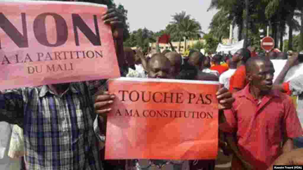 De nombreuses personnes ont participé à la marche citoyenne à Bamako, au Mali, le 18 juin 2017. (VOA/Kassim Traoré)