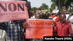 De nombreuses personnes ont participé à la marche citoyenne à Bamako, au Mali, le 17 juin 2017. (VOA/Kassim Traoré)