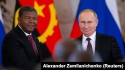 Presidente angolano João Lourenço (esq) aperta a mão do Presidente russo, Vladimir Putin (Abril 2019)