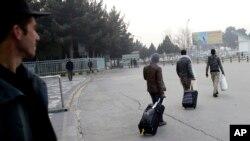 د کابل په هوایي ډگر کې راستانه شوي افغان مهاجر
