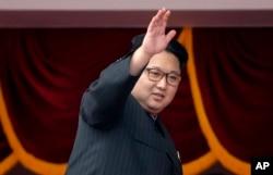 북한 김정은 노동당 위원장이 10일 평양 김일성 광장에서 열린 7차 당 대회 축하 군중집회에 참석했다. 김 위원장이 주석단에서 군중을 향해 손을 흔들고 있다.
