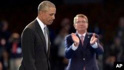 Bộ trưởng Quốc phòng Mỹ Ash Carter (phải) trong một sự kiện với sự tham gia của Tổng thống Obama hôm 4/1.