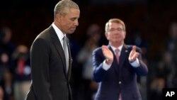 El secretario de Defensa, Ash Carter, aplaude al presidente Barack Obama, durante la despedida de honor de las Fuerzas Armadas para el mandatario.