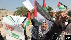ແມ່ຍິງປາແລສໄຕນ໌ຄົນນຶ່ງຮ້ອງໂຮຄໍາຂວັນ ໃນລະວ່າງການໂຮມຊຸມນຸມ ທີ່ເມືອງ ກາຊາ ຊີຕີ້ ເພື່ອສະແດງ ຄວາມສະໜັບສະໜູນ ຕໍ່ການດໍາເນີນຄວາມພະຍາຍາມຂອງປະທານາທິບໍດີ Mahmoud Abbas ເພື່ອໃຫ້ໄດ້ ຮັບການຮັບຮູ້ ຢູ່ອົງການສະຫະປະຊາຊາດ, ວັນທີ 22 ກັນຍາ 2001.