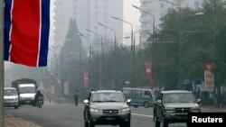 북한 평양 시가지에서 자동차들이 주행하고 있다. (자료사진)